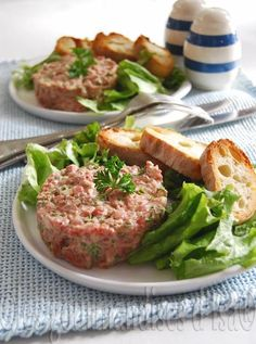 Bistro beef tartare for 2 people - Elle à Table Recipes - Lotta Ell Meat Recipes, Real Food Recipes, Cooking Recipes, Healthy Recipes, Steak Tartare, Ceviche, Tartare Recipe, Burger, Tapas