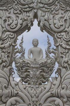 wat rong khun, Chiang Rai, Thailand http://edventureproject.com/wat-rong-khun-the-white-wat-at-chiang-rai-photo-essay/