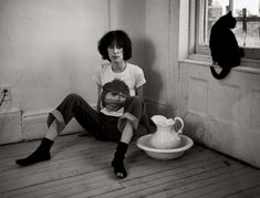 This classic Patti Smith print captures the musician as the epitome of NYC punk rock. Buy a limited-edition picture of Patti Smith at Morrison Hotel Gallery. Patti Smith, Celebrities With Cats, Celebs, Photoshop Celebrities, Smoking Celebrities, Hollywood Celebrities, Animal Gato, Chelsea Hotel, Famous Black