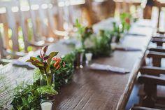 rustic wedding - set design by Ideiaria - Tetê Motta casamento rústico no campo - cenografia por Ideiaria - Tetê Motta - detalhe Mesas convidados - arranjos: Flora de Serie - foto: julia lanari 2015