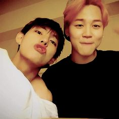 That's all we need in the world, jimin's eye smile and taehyung silliness  ^o^