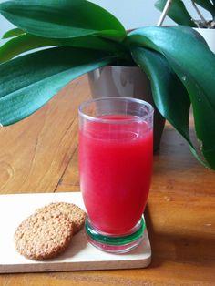 Ricetta del giorno! Succo di barbabietola e mela! Ingredienti: 1 mela 1 pezzo di barbaietola 1 fetta di limone  Si inizia rimuovendo semi e gambo della mela,si taglia una fetta di limone e un pezzo di barbabietola in una misura adeguata ai propri gusti. Inserire in ordine barbabietola, mela e limone. In pochi minuti avrete a disposizione una buonissima bevanda da gustare insieme ad uno spuntino per continuare la giornata al meglio!! Emoticon grin