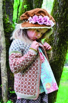 Lek med tradisjoner av Kristin Wiola Ødegård (Innbundet ... Fair Isle Knitting Patterns, Fair Isle Pattern, Knitting Designs, Fall Knitting, Knitting For Kids, Crochet Baby, Knit Crochet, Big Knit Blanket, Baby Barn