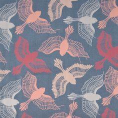 toller BW-Druck mit Phantasie-Vögeln in rosa, pink, hellgrau und puder auf grau-blauem Untergrund, sehr edel   *Zusammensetzung*: 100% Bio-Baumwolle  Geeignet für: z.B. Kinderkleidung, Sommerhose,...