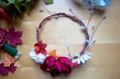 Flower crown DIY tutorial: make your own beautiful flower crowns, with tutorial and tips by an Etsy pro! Flower Crown Tutorial, Diy Flower Crown, Flower Crown Headband, Diy Crown, Headband Tutorial, Diy Headband, Floral Headbands, Flower Crowns, Diy Tutorial
