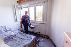 Abdeckvlies zum Schutz der Einrichtung und des Fußbodens wird durch den Fenster-Schmidinger Monteur entfernt. Cover Up, Windows And Doors