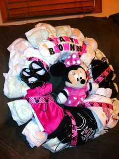 Minnie Mouse Diaper Wreath made by one of my friends from work. Minnie Mouse Baby Shower, Mickey Minnie Mouse, Baby Shower Gifts, Baby Gifts, Diaper Cake Instructions, Diaper Wreath, Boss Baby, Cloth Diapers, Baby Feeding