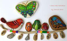 My birds and owls meet with the new butterfly. I miei uccelli e gufi si incontrano con la nuova farfalla. Mis aves y búhos se reúnen con la nueva mariposa.  #paintedstones #isassidelladriatico