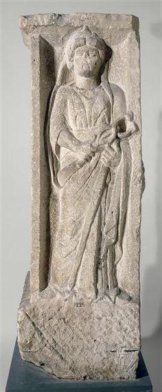 Représentation de Mercure portant un caducée. Pilier à quatre faces découvert en 1784, derrière la Sainte-Chapelle. Il porte, sculptée en bas-relief, la représentation de quatre dieux : Apollon, un Génie ailé, Mercure et Rosmerta, compagne de Mercure. Il est possible qu'à l'origine, le pilier ait été surmonté d'une colonne portant un groupe statuaire, cavalier tuant un monstre, ou encore statue d'une divinité.  Origine : Paris, Pont-au-Change Datation : Ier s. ap. J.-C. Gaule Romaine, Alexandre Le Grand, Classical Greece, Empire Romain, Greek Gods And Goddesses, Nordic Art, Grand Palais, Iron Age, Effigy