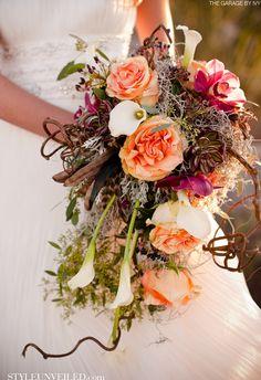 Bouquet sposa di fiori pesca e rossi, circondati da scenografici rami secchi