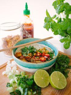 Minulla taitaa olla jokin vietnamilaishenkinen jakso keittiössäni, sillä jaan teille heti kevätrullien perään toisen reseptin, joka on saanut vaikutteita vietnamilaisesta ruuasta. Pho-keittoa saa S…