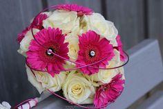 Brautstrauß-rund-weiße-Rosen-pink-Gerbera-11_ergebnis.jpg (640×426)
