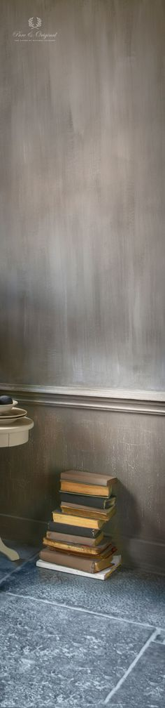 On the wall the fresco lime paint - kalkverf - Kalkfarbe - Kalkmaling. Also the books are painted with Classico chalk paint - krijtverf - Kreidefarbe - kritmaling and the fresco lime paint. in the living room - woonkamer. Cred: Magazine Decoreren Landelijke Stijl, fotografie SvanHoven.