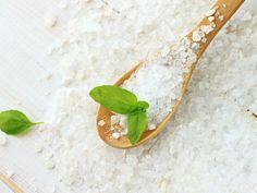 お風呂にいれるだけで、デトックス効果に加えて肩こり解消や美肌効果、便秘解消などさまざまな効果が得られる塩風呂。 体内の毒素を流しだして、健康や美容も一気に手に入れたいという方におすすめです。塩をいれるだけのとても簡単な方法なので、面倒くさ