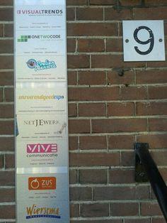 Prachtige naambordjes aan de gevel aan de Regentesselaan 9 in Apeldoorn.