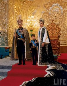 Mohammed Reza Shah Pahlavi Shah of Iran with his third wife Farah Diba and their son Reza in ceremonial dress in front of throne. Farah Diba, Vanity Fair, Kings & Queens, Pahlavi Dynasty, Teheran, The Shah Of Iran, Leila, Persian Culture, Mode Chic