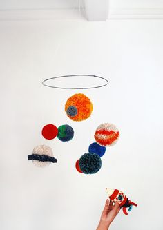 Thema : Ruimte - Pom pom solar system mobile - oh crafts Crafts For Kids To Make, Easter Crafts For Kids, Mobiles, Craft Stick Crafts, Diy Crafts, Planet Mobile, Solar System Mobile, Baby Nursery Diy, Diy Baby