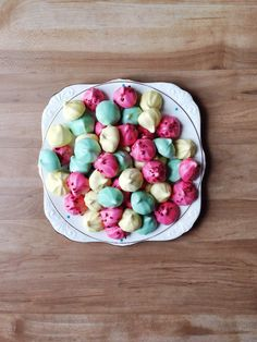 Other than macaroons, Meringue kisses are the most beautiful looking sweets in the world – well in my world that is. The pastel colours with combinations of rose pink, lemon and aqua makes … Meringue Kisses, Drizzle Cake, Christmas Sugar Cookies, Christmas Foods, Baking With Kids, Macaroons, No Bake Cake, Cookie Decorating, Cookie Recipes