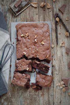 Hoy desayunamos un brownie de chocolate y nueces, sin gluten INGREDIENTES Para un molde de 20*7 cm 200 gr chocolate para pos...