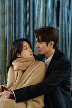 Romance seems to accelerate between Jung Tae Eul (Kim Go Eun) and Lee Gon (Lee Min Ho) in episodes 3 and 4 of The King: Eternal Monarch. Lee Min Ho Abs, Lee Min Ho Smile, Korean Actresses, Korean Actors, Lee Min Ho Wallpaper Iphone, Lee Min Ho Boys Over Flowers, Lee Min Ho Dramas, Lee Min Ho Photos, Kim Go Eun