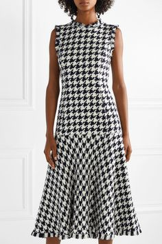 Oscar de la Renta - Fringed houndstooth wool-blend tweed dress - Women's style: Patterns of sustainability Pretty Outfits, Pretty Dresses, Beautiful Dresses, Dresses For Work, Tweed Dress, Wool Dress, Oscar Dresses, Houndstooth, Ideias Fashion