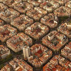 """Район Эшампле   Барселона   Испания. Эшампле – один из районов Барселоны, лежащий между старым городом и окружающими пригородами. Когда в середине 19 века Барселона начала разрастаться, появился и этот район (отсюда его название, в переводе с каталанского """"расширение""""). Для района Эшампле, который занимает 7,5 кв. км, характерны длинные прямые улицы, пересекающиеся широкими проспектами, который накрывают район четкой сетью, делящей Эшампле на ровные восьмиугольные кварталы (четыреху..."""