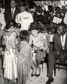 Prinses Beatrix ontvangt van Surinaamse indianen een paar geschenken. 4 maart  1965.