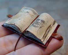 Miniatura de Leonardo da Vinci livro aberto. Being a Parachute Rigger in the U.S. Navy, this is really cool. One of the 1st things we learned in school was Leonardo da Vinci invented the Parachute!
