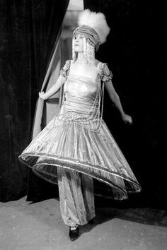 Paul Poiret created harem pants, as well as the aplty named narrow-hemmed hobble skirt, and turbans inspired by the orient Paul Poiret, Marchesa, Edwardian Dress, Edwardian Fashion, Vintage Fashion, Man Ray, Belle Epoque, Hobble Skirt, 20th Century Fashion
