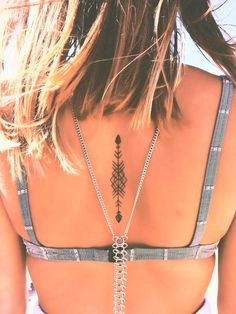 Have you ever dreamt of having an arrow tattoo inked on your skin? Well, if you are looking for ideas, here are some of the best arrow tattoo designs. Tattoo Girls, Tattoo Back Girl, Girl Tattoos, Tattoos For Guys, Tatoos, Tatuajes Tattoos, Cross Tattoos, Arrow Tattoos For Men, Tattoo On Back