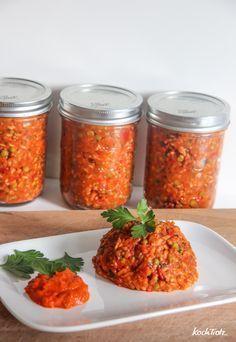 Djuvec-Reis mit Anleitung zum Einmachen: Zwiebeln - 2 Stück Knoblauchzehen - 4 Stück Karotten - 2 Stück Schmalz - 2 EL, am besten Zwiebelschmalz Paprikagewürz edelsüß - 2 EL Paprikagewürz geräuchert - 1 TL (optional) Zucker - 2 Prisen Ajvar - 8 EL Tomaten gehackt - 1 kleine Doser (450 ml) Langkornreis - 300 g Gemüsebrühe - 400 ml (oder Hühnerbrühe) Spitzpaprika rot - 3 - 4 Stück (oder 3 Gemüsepaprika) Erbsen - 200 g (frisch oder TK) Salz - 3 Prisen Pfeffer - 3 Prisen Petersilie - 1 kleiner…