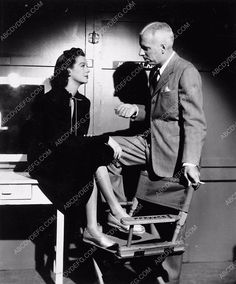 photo candid Rosalind Russell Howard Hawks on set 2540-18
