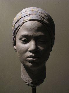 Suzie Zamit, Amina All Sculpteure britannique diplômée de la City & Guilds of London Art School, dont le matériau de prédilection est l'argile et la représentation du corps humain une source d'inspiration inépuisable. (Amina All est l'une des écolières nigériennes enlevées par Boko Haram)