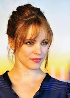 Rachel McAdams' strawberry blond updo with long, wispy bangs - Neu Mode Frisuren Updos For Medium Length Hair, Medium Hair Styles, Short Hair Styles, Hair Medium, Hair Fringe Styles, Casual Updos For Medium Hair, How To Cut Bangs, How To Style Bangs, Wispy Bangs