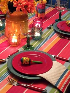 Mexican, love the table cloth Mexican Style Decor, Mexican Colors, Mexican Table Setting, Bar Mexicano, Mexican Kitchens, Mexican Party, Mexican Night, Southwest Decor, Fiesta Party