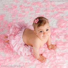 Foto di bambina tra i petali  - Attimi di Fiaba - Fotografo di bambini a Verona