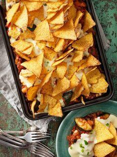 Denna vegetariska tacogratäng får härlig smak av grönsaker, bönor och mexikanska kryddor. Raw Food Recipes, Veggie Recipes, Vegetarian Recipes, Snack Recipes, Cooking Recipes, Healthy Recipes, Snacks, Smoothie Recipes, Food Inspiration