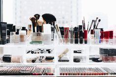 Como configurar um contador de beleza, organização de maquiagem em recipientes limpos
