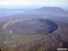 Volcán Darwin - Islas Galápagos Vista aérea de la caldera del volcán Darwin. Volcán Wolf (Derecha) y el volcán Ecuador (izquierda) en el fondo. Foto: P. Ramón.