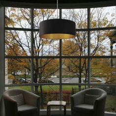 Die Pendelleuchte orbis erzeugt, durch seine klassische Form und dem von innen goldenen Lampenschirm eine sehr warmes und Der Lampenschirm besteht aus einer hochwertigen Dupionseide, der den typischen Wildseidencharakter aufweist.Größe: Lampenschirm ø  60 cm, Höhe 30 cm  Kabel: mit weißer Seide umwickeltes Kabel 1,5 m Lieferumfang: Lampenpendel, 3 x E 27 Fassung max. 60 Watt, bei Energiesparlampen 150 Watt, Baldachin, ohne Leuchtmittel