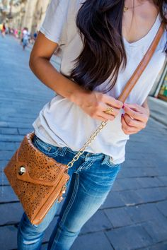 Casual Crossbody Bag and Gold Detailing - Stylishlyme.I love this outfit and especially the bag! Casual Outfits, Cute Outfits, Fashion Outfits, Womens Fashion, Burberry, Gucci, Cute Purses, Look Chic, Dress To Impress