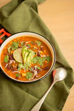 Une délicieuse soupe mexicaine de haricots rouges pour votre réchauffer et dynamiser votre repas ! Vegan Dinner Recipes, Healthy Soup Recipes, Mexican Food Recipes, Ethnic Recipes, Easy Vegan Soup, Tex Mex, Going Vegan, Soups And Stews, Slow Cooker Recipes