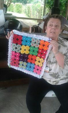 Lindo Easy Crafts To Make, Diy And Crafts, Yo Yo Quilt, Charm Quilt, Hexagon Pattern, Baby Blanket Crochet, Flower Crafts, Quilting Projects, Handmade Crafts
