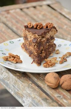 Ferrero Rocher  beza: 6 białek 150 g cukru szczypta soli 300 g tartych orzechów włoskich np. BackMit 1 łyżka mąki ziemniaczanej lub kukurydzianej  krem: 500 g serka mascarpone 400 g kremu orzechowo-czekoladowego (Nutella lub krem orzechowo-czekoladowy z Lidla)  dodatkowo: 100 g gorzkiej czekolady 50 ml śmietanki 30%  Beza: Białka ubijamy na sztywno ze szczyptą soli, a następnie dodajemy partiami cukier i dokładnie ubijamy. Dodajemy orzechy włoskie i mąkę kukurydzianą, delikatnie mieszamy…