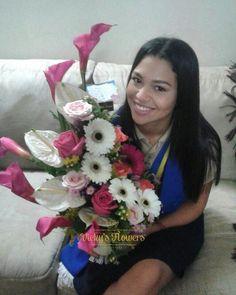 Una linda graduando recibe su Vicky's Flowers...FELICIDADES #masquefloressomossentimientos #quelasfloresnopasendemoda