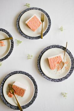 As if we didn't love rose gold weddings enough, there is cake to match!