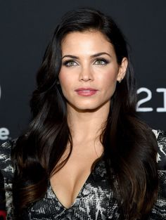 Pin for Later: Celebrities Play With Their Beauty Looks at Comic-Con Jenna Dewan-Tatum Jenna appeared at Comic-Con 2014 with immaculately groomed brows and glowing skin. Jenna Dewan Hair, Brunette Beauty, Hair Beauty, Non Blondes, Celebrity Beauty, Belleza Natural, Pretty Eyes, Great Hair, Dark Hair