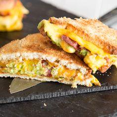 Verpackt in zwei Brotscheiben zerläuft beim Grilled Cheese der cremige Cheddar in der Pfanne. Zum Käse gesellen sich würziger Bacon, Tortilla Chips und buttrige Guacamole. - https://www.springlane.de/magazin/rezeptideen/grilled-cheese-sandwich-mit-guacamole-und-bacon/?utm_source=Facebook&utm_medium=Post&utm_campaign=Grilled-Cheese-Sandwich-mit-Guacamole-und-Bacon