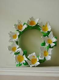 Introducing our super duper craft of the week: a fabulous egg carton daisy wreath! BUT FIRST… I am sorry for the lack of posts over t. Egg Carton Art, Egg Carton Crafts, Egg Cartons, Creative Crafts, Fun Crafts, Paper Crafts, Easter Crafts For Kids, Diy For Kids, Egg Box Craft