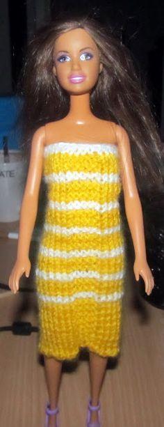Denne kjole er utrolig hurtig at lave, og er sød i mange farver. Falder garanteret i god jord i Barbies garderobe. Pinde nr. 3 og acryl ga... Barbie Clothes, Angel, Knitting, Crochet, Tops, Women, Fashion, Cloakroom Basin, Threading